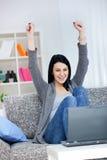 Glückliche junge Frau mit den angehobenen Händen. Stockfotos