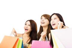 glückliche junge Frau mit den Einkaufstaschen, die oben schauen Lizenzfreies Stockbild