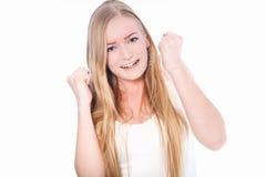 Glückliche junge Frau mit den Fäusten oben Stockfoto