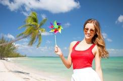 Glückliche junge Frau mit Feuerrad auf Sommerstrand Stockfoto