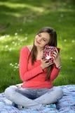 Glückliche junge Frau mit Geschenkkästen Stockfoto