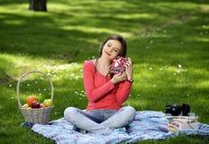 Glückliche junge Frau mit Geschenkkästen Lizenzfreie Stockfotografie