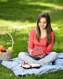 Glückliche junge Frau mit Geschenkkästen Lizenzfreie Stockbilder