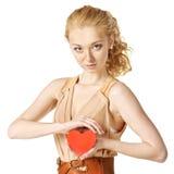Glückliche junge Frau mit Innerem in ihren Händen Lizenzfreies Stockfoto