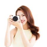 Glückliche junge Frau mit Kamera Stockfoto