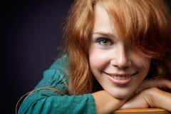 Glückliche junge Frau mit natürlichem neuem Lächeln stockbild