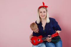 Glückliche junge Frau mit Söhnen Freundliche Familie lizenzfreie stockfotos