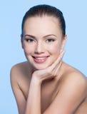 Glückliche junge Frau mit sauberem Gesicht Lizenzfreie Stockfotos