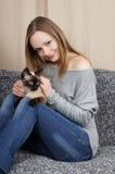 Junge Frau mit Katze Stockbild