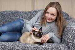 Junge Frau mit Katze Lizenzfreies Stockbild
