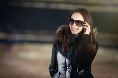 Glückliche junge Frau mit Sonnenbrillen Lizenzfreie Stockfotografie