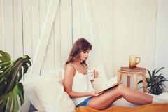 Glückliche junge Frau mit Tasse Kaffee oder Tee stockbilder