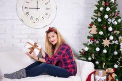 Glückliche junge Frau mit verziertem Weihnachtsbaum Stockfotos