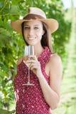 Glückliche junge Frau mit Wein Lizenzfreies Stockfoto