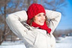 Glückliche junge Frau am sonnigen Tag des Schnees lizenzfreies stockfoto