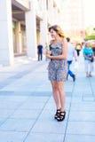 Glückliche junge Frau, Student geht die Straßen von einer Großstadt Stockbilder