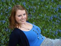 Glückliche junge Frau unter Blumen Lizenzfreies Stockfoto