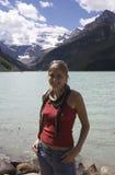 Glückliche junge Frau vor Lake Louise Lizenzfreies Stockfoto