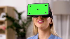 Glückliche junge Frau in vr Gläsern zu Hause stock video footage
