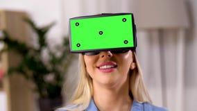Glückliche junge Frau in vr Gläsern zu Hause stock video