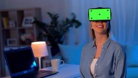 Glückliche junge Frau in vr Gläsern zu Hause nachts stock footage