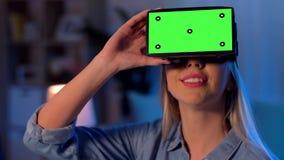 Glückliche junge Frau in vr Gläsern zu Hause nachts stock video