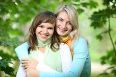 Glückliche junge Frauen lizenzfreies stockbild