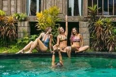 glückliche junge Frauen in der Badebekleidung, die Spaß hat stockbilder