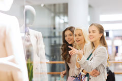 Glückliche junge Frauen mit Einkaufstaschen im Mall Lizenzfreie Stockfotos