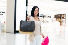 Glückliche junge Frauen zeigen Einkaufstasche, Verkauf, Verbraucherschutzbewegung und Leutekonzept Modeton Modernes Luxusmall lizenzfreie stockfotos