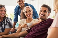 Glückliche junge Freunde zu Hause stockbild