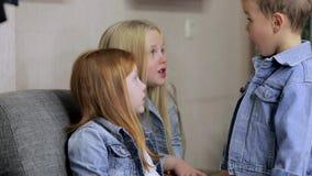 Glückliche junge Freunde zusammen Kinder, die miteinander sprechen stock footage