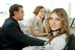 Glückliche junge Geschäftsfrau. lizenzfreie stockfotos