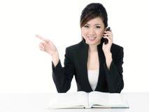 Glückliche junge Geschäftsfrau, die auf Mobiltelefon spricht Lizenzfreie Stockfotografie