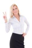 Glückliche junge Geschäftsfrau, die das Friedenszeichen lokalisiert auf Weiß zeigt Stockbild