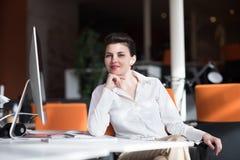 Glückliche junge Geschäftsfrau, die insiration sich entspannt und erhält Lizenzfreie Stockbilder