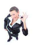 Glückliche junge Geschäftsfrau, die okayzeichen bildet Stockfotos