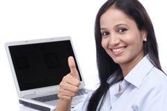 Glückliche junge Geschäftsfrau, die sich Daumen zeigt Stockfotografie