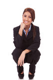 Glückliche junge Geschäftsfrau, die zurücktritt Lizenzfreie Stockbilder