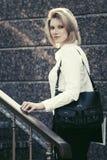 Glückliche junge Geschäftsfrau mit Handtasche am Bürogebäude Lizenzfreies Stockfoto