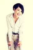 Glückliche junge Geschäftsfrau mit Krückeen Stockbilder