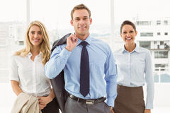 Glückliche junge Geschäftsleute im Büro Lizenzfreie Stockfotografie