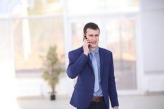 Glückliche junge Geschäftsmannleseschreibarbeit in im Büro Lizenzfreies Stockbild