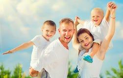Glückliche junge große Familie, die Spaß zusammen hat Stockfoto