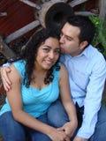 Glückliche, junge hispanische Paare beim Liebeslachen Stockfoto