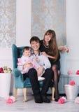 Glückliche junge ideale lächelnde Familie zu Hause, Mutter, Vater und Tochter Lizenzfreies Stockbild
