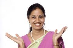 Glückliche junge indische Frau Stockfotos