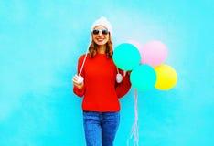Glückliche junge lächelnde Frau mit Ballonen einer Luft stockfotografie