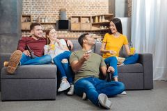 Glückliche junge lächelnde Leute beim Betrachten ihres netten Freunds lizenzfreies stockbild