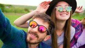 Glückliche junge Leute, die selfie auf dem Gebiet machen stock video